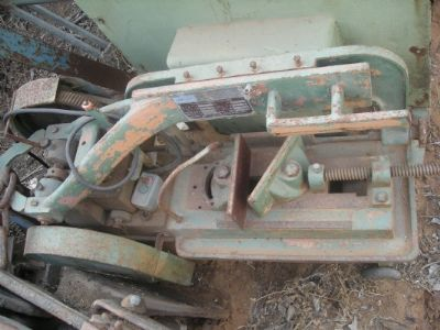 משורים     hacksawing machine